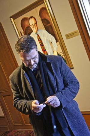 Kommunchef Mattias Jansson, framför före detta kommunalrådet Göran Persson