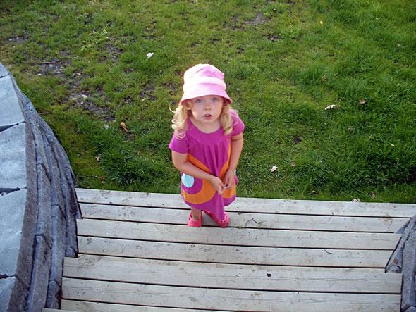 Flicka som står på en trappa. Foto: Anders Sandberg. Licens: CC-BY 2.0.