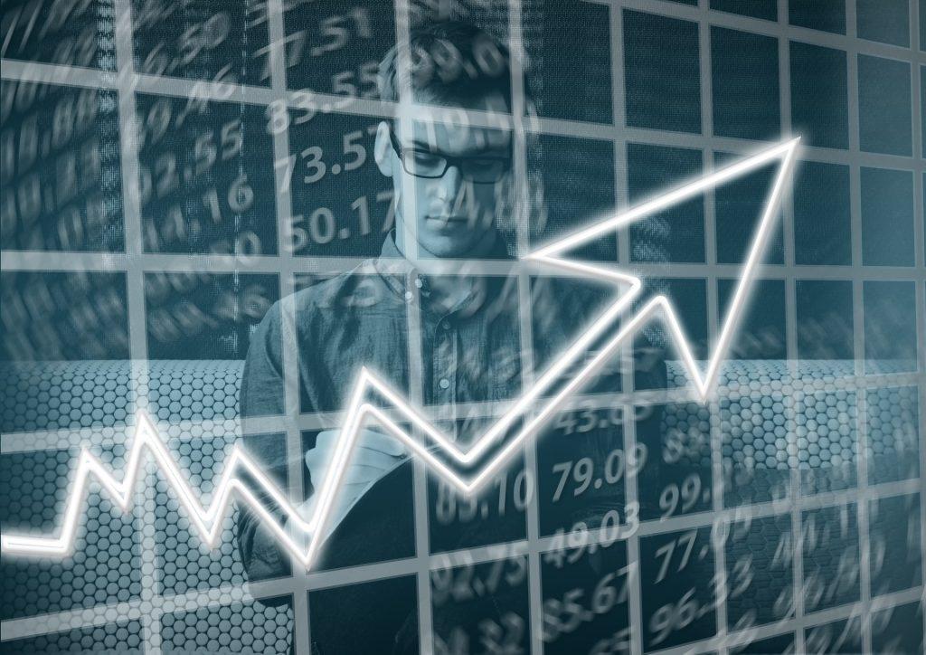Collage med manlig entreprenör och ett diagram som visar uppåtgående trend