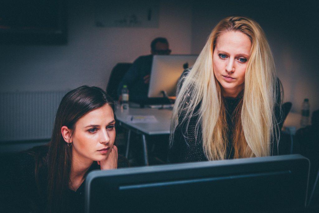 Kvinnor framför dator